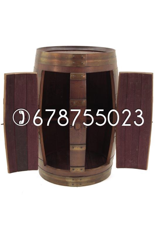 Mueble hecho con barriles de madera de roble usados. Armario barril.