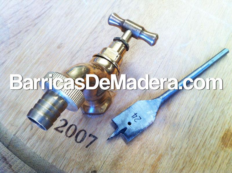 Colocación de grifo en barricas, depósito de agua de lluvia. Foto 7 del proceso.