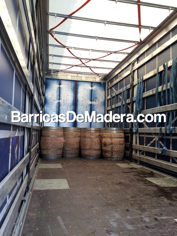 loading-barrels-to-truck-oak-wine-weinfass-holzfass